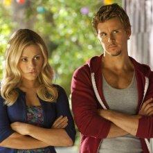 Anna Paquin e Ryan Kwanten in una scena dell'episodio Caccia alle streghe della quarta stagione di True Blood