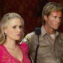 Anna Paquin e Ryan Kwanten in una scena dell'episodio Sunset della quinta stagione di True Blood