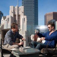 Colin Farrell e Sam Rockwell sorridono in una scena di 7 psicopatici