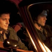 Jensen Ackles e Jared Padalecki in una scena dell'episodio Party On, Garth della settima stagione di Supernatural