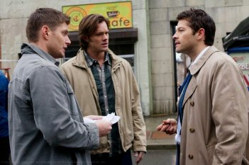 Jensen Ackles, Misha Collins e Jared Padalecki nell'episodio French Mistake della sesta stagione di Supernatural