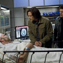 Jim Beaver, Jensen Ackles e Jared Padalecki nell'episodio Death's Door della settima stagione di Supernatural