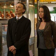 Julian Richings e Lindsey McKeon in una scena di Appuntamento a Samarra della sesta stagione di Supernatural
