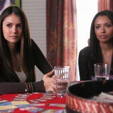 Nina Dobrev e Katerina Graham in una scena dell'episodio Legami vincolanti della terza stagione di The Vampire Diaries