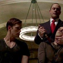 Stephen Moyer, Chris Meloni e Alexander Skarsgård in una scena dell'episodio Authority Always Wins della quinta stagione di True Blood