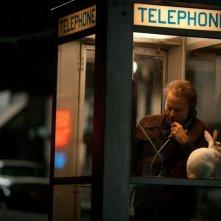 Tom Waits con un coniglio bianco in una cabina telefonica in una scena di 7 psicopatici