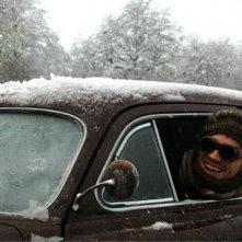 Garrett Hedlund imbacuccato guida nella neve in On the Road