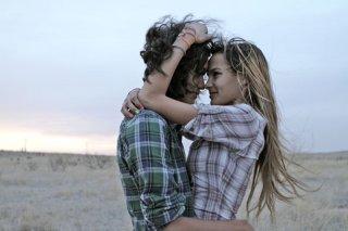 Marfa Girl: Adam Mediano e Mercedes Maxwell in una scena del film
