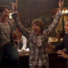 Miles Teller, Justin Chon e Skylar Astin fanno festa in una scena di Un compleanno da leoni