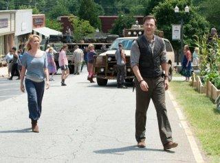 The Walking Dead: Laurie Holden e David Morrissey in una sequenza dell'episodio Benvenuti a Woodbury