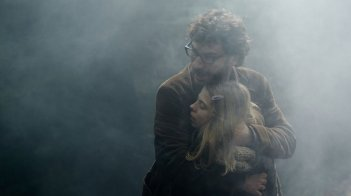 Michaël Youn in La traversée accanto a Pauline Haugness in una bella sequenza del film