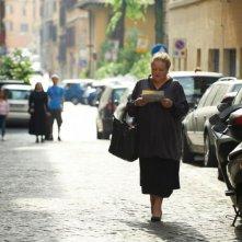 Omamamia: Marianne Sägebrecht gira per le strade di Roma in una scena del film tedesco