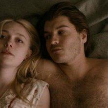 The Motel Life: Emile Hirsch e Dakota Fanning nella prima immagine del film