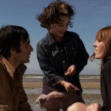 Un enfant de toi: Samuel Benchetrit e Lou Doillon in una scena del film