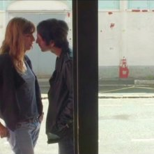 Un enfant de toi: Samuel Benchetrit e Lou Doillon si baciano in una scena del film