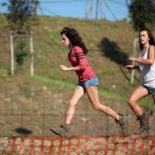 Acciaio: le giovani interpreti Anna Bellezza e Matilde Giannini corrono in una scena