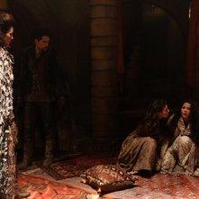 Annabeth Gish, Meghan Ory, Ginnifer Goodwin e Ben Hollingsworth in una scena dell'episodio Child of the Moon della serie C'era una volta