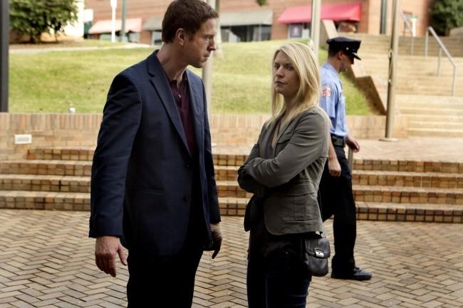 Damian Lewis insieme a Claire Danes in un momento dell'episodio The Clearing della serie TV Homeland