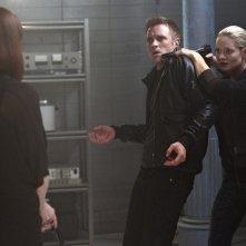 Devon Sawa, Sarah Allen e Melinda Clarke in una scena dell'episodio Consequences della serie TV Nikita