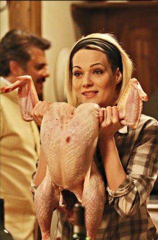 Il peggior Natale della mia vita: Laura Chiatti in una scena del film sfoggia un enorme tacchino