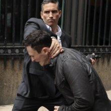 Jim Caviezel con Jonathan Tucker in un'immagine promozionale dell'episodio Triggerman della serie Preson of Interest