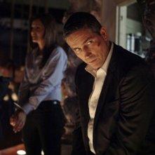 Jim Caviezel e Gloria Votsis in un momento dell'episodio Bury the Lede della serie TV Person of Interest