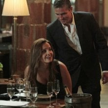 Jim Caviezel insieme a Gloria Votsis in un momento dell'episodio Bury the Lede della serie TV Person of Interest