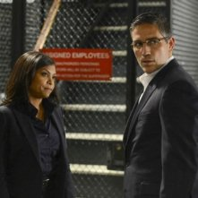 Jim Caviezel insieme a Taraji P. Henson in una scena dell'episodio Bury the Lede della serie TV Person of Interest