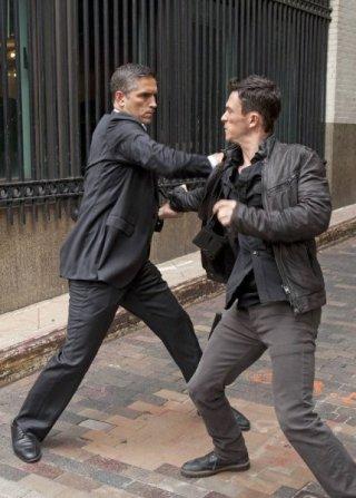 Jonathan Tucker insieme a Jim Caviezel in una foto promozionale dell'episodio Triggerman della serie Preson of Interest