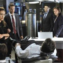 Maggie Q, Shane West, Noah Bean e Aaron Stanford in una scena dell'episodio The Sword's Edge della serie televisiva Nikita