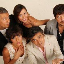 Mai stati uniti: Ambra Angiolini, Anna Foglietta, Ricky Memphis, Vincenzo Salemme e Giovanni Vernia in una foto promozionale