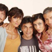 Mai stati uniti: il cast principale in una foto di gruppo promozionale