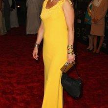 Caroline Goodall in abito giallo