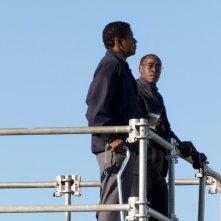 Flight: Denzel Washington con Don Cheadle in una scena