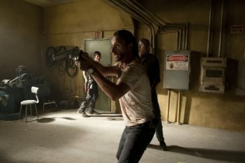 The Walking Dead: Andrew Lincoln con Norman Reedus e Vincent M. Ward nell'episodio Dentro e fuori