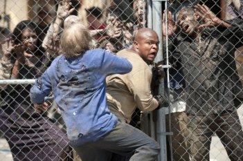 The Walking Dead: IronE Singleton viene aggredito da un Errante nell'episodio Dentro e fuori
