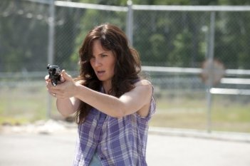 The Walking Dead: Sarah Wayne Callies in una tesa scena dell'episodio Dentro e fuori