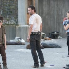 The Walking Dead: una drammatica scena con Andrew Lincoln, Lauren Cohan e Chandler Riggs nell'episodio Dentro e fuori