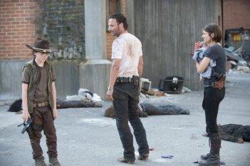The Walking Dead: una drammatica scena con Andrew Lincoln, Lauren Cohan e Chandler Riggs nell'episodio Dentro e fuori