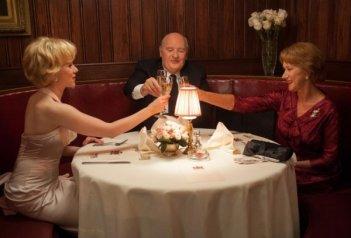 Anthony Hopkins, Scarlett Johansson ed Helen Mirren a tavola in Hitchcock