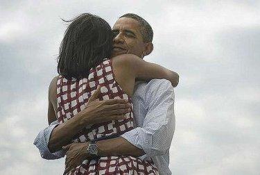 Barack e Michelle Obama si abbracciano dopo che lui è stato riconfermato Presidente degli Stati Uniti per la seconda volta, nel 2012
