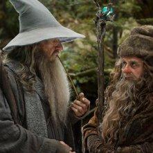 Sylvester McCoy e Ian McKellen in una scena di Lo Hobbit - Un viaggio inaspettato