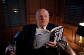 Un primo piano di Anthony Hopkins nei panni di Alfred Hitchcock sul set di Hitchcock