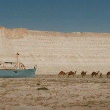 Aspettando il mare: una scena del film che ritrae una nave che galleggia nel deserto insieme ai cammelli