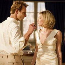 Il volto di un'altra: Alessandro Preziosi e Laura Chiatti si scambiano uno sguardo languido in una scena del film