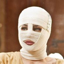 Il volto di un'altra: Laura Chiatti con il volto coperto di bende in una scena