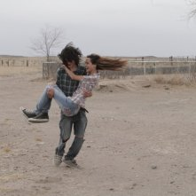 Marfa Girl: Adam Mediano e Mercedes Maxwell felici in una scena del film