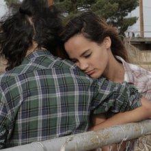 Marfa Girl: Adam Mediano insieme a Mercedes Maxwell in una tenera scena del film