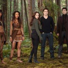 Twilight Saga: Breaking Dawn - Parte 2, una scena di gruppo nel bosco