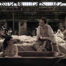 Goltzius and the Pelican Company: F. Murray Abraham e Lars Eidinger in una scena